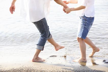 ビーチで遊ぶカップル