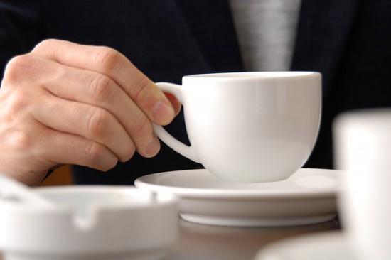 コーヒー持つ